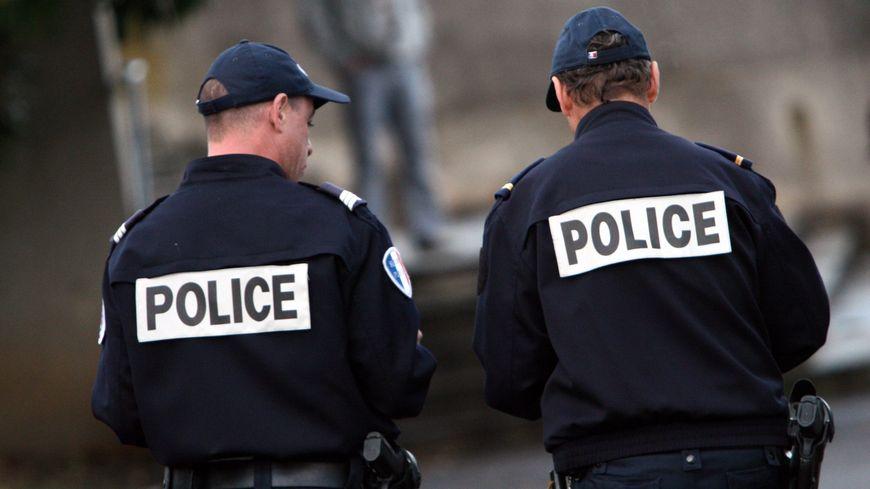 matricules sur les uniformes les policiers toujours aussi sceptiques. Black Bedroom Furniture Sets. Home Design Ideas