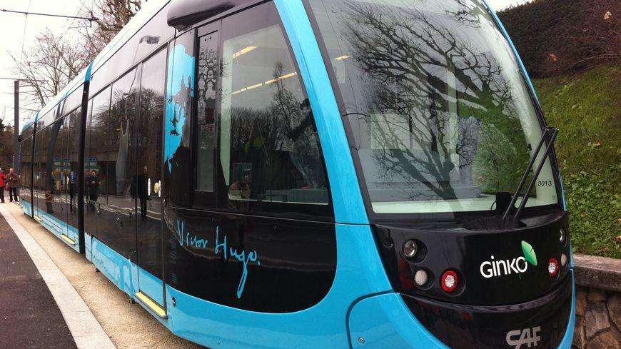 Photos premiers essais du tram dans le centre ville de for Piscine mallarme besancon