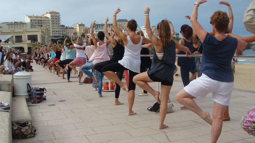 en images un cours de danse classique pour tous sur la plage de biarritz. Black Bedroom Furniture Sets. Home Design Ideas