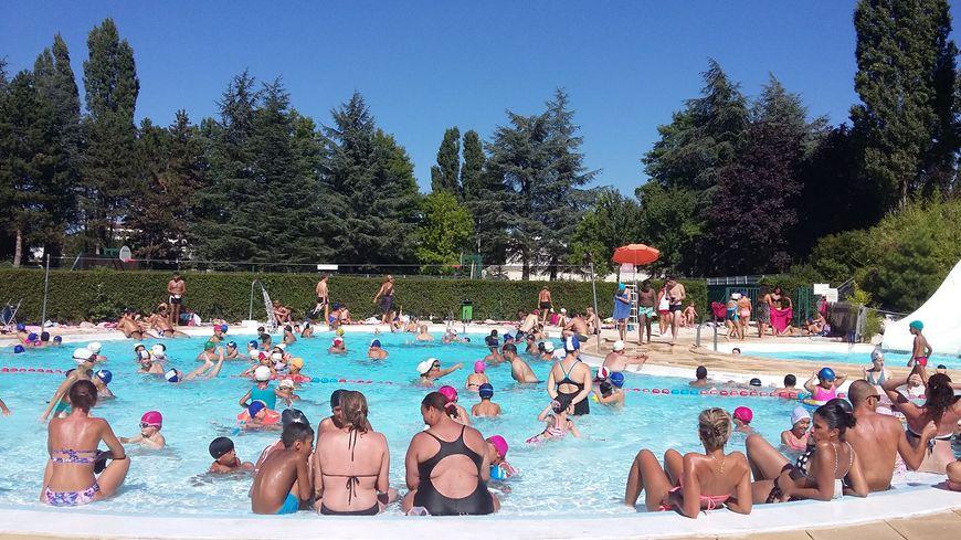 Les baigneurs rassur s la piscine raymond sommet - Piscine carrelage blanc saint etienne ...