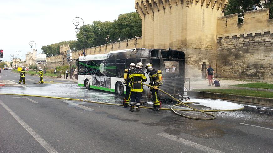 un bus en feu pr s de la gare routi re d 39 avignon. Black Bedroom Furniture Sets. Home Design Ideas
