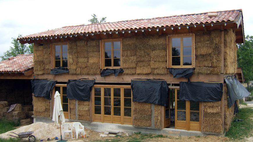 Une maison en paille pour faire des conomies d 39 energie for Maisons en paille