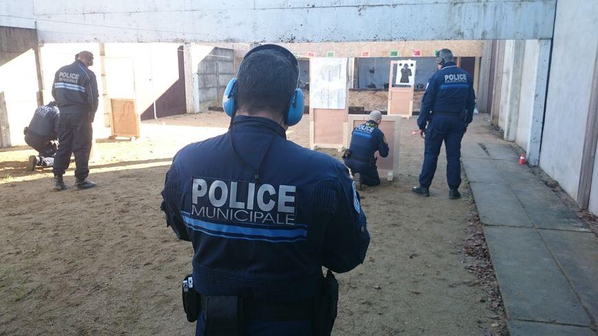 Vid o les premiers policiers municipaux arm s dans la - Grilles indiciaires police municipale ...