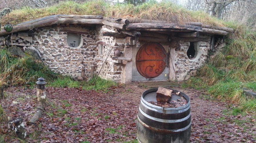 Dans le parc du morvan la maison du hobbit enchante les for La maison du jetable