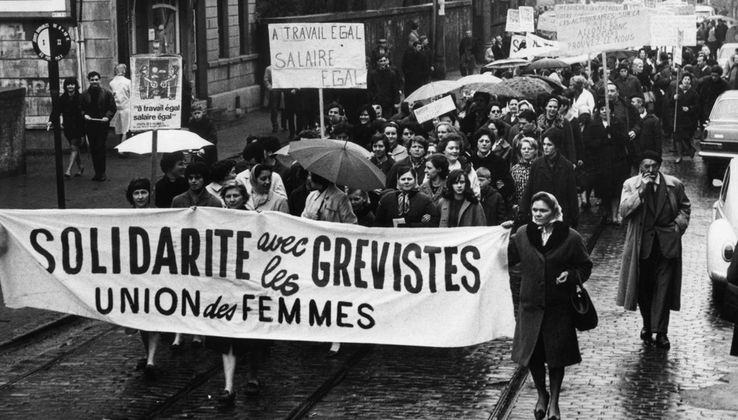 Manifestation des femmes ouvrières grévistes de la Fabrique Nationale de Herstal
