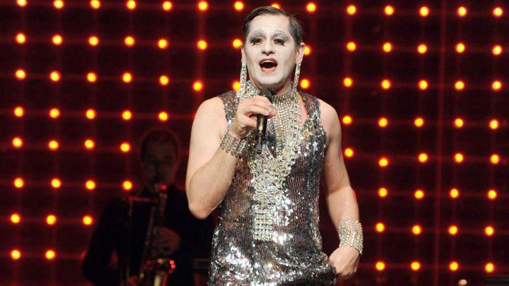 """Olivier Py chante """"Miss Knife"""" en 2012."""