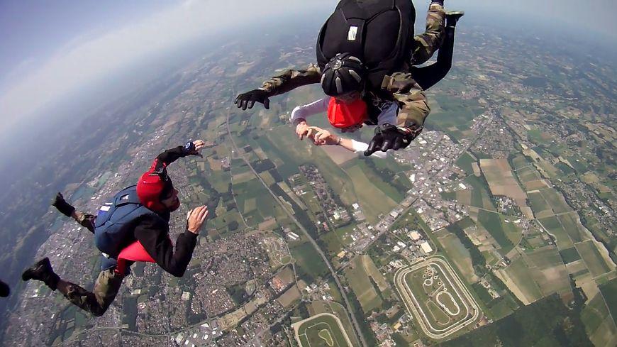Videos saut en parachute 3500 m tres d 39 altitude au - Saut en parachute nevers ...
