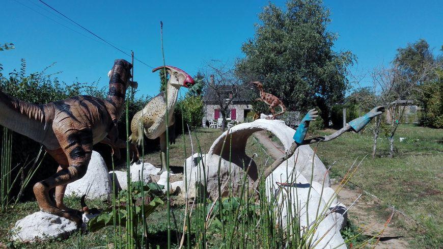 sarthe un passionn de pal ontologie installe des dinosaures dans son jardin. Black Bedroom Furniture Sets. Home Design Ideas