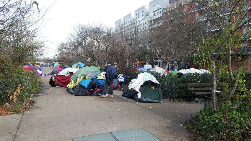 Saint denis le camp de migrants pr s de la porte de la for Garage ad la chapelle bouexic