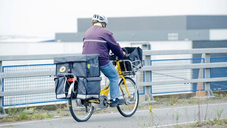 Un facteur à vélo