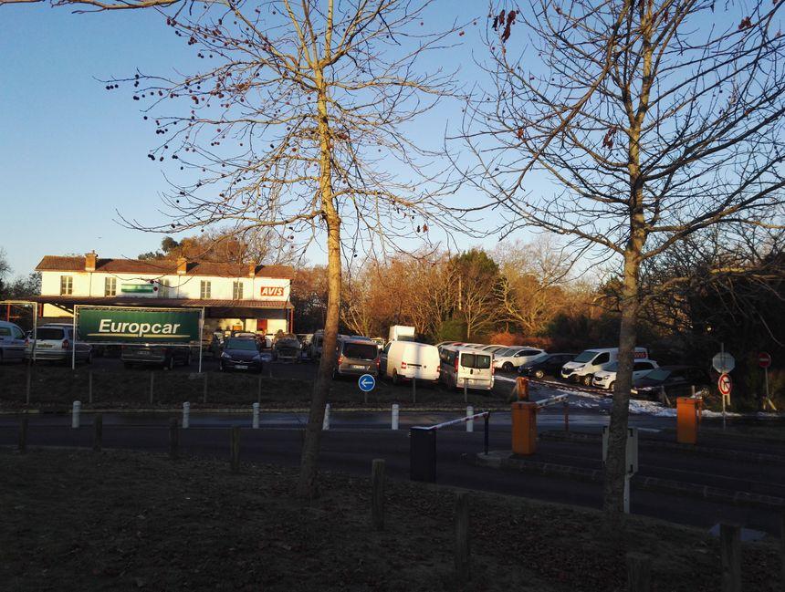 Le site de reconditionnement des véhicules juste aux sorties des parkings de l'aéroport - Radio France