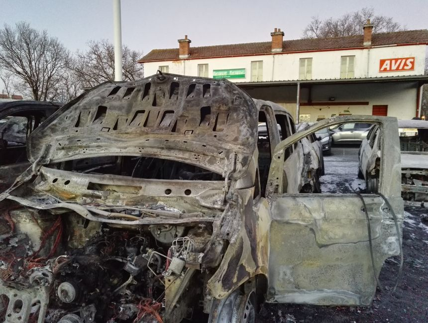 Le parc des deux sociétés Europcar et Avis après l'incendie - Radio France