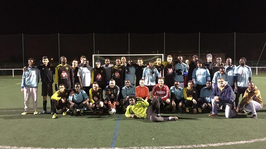 Les Francs-Archers et les migrants de l'AFPA avant le début du match