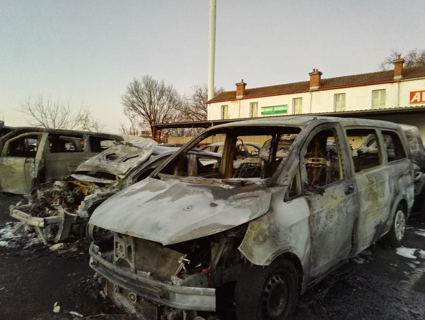 Onze des 21 véhicules touchés sont complètement détruits - Radio France