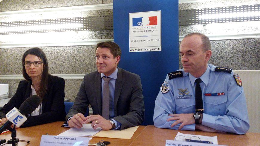 De gauche à droite, Florence Gouache, sous-préfète de Vienne, Jérôme Bourrier, procureur de la République, et le général Christian Dupouy, commandant la région de gendarmerie Auvergne-Rhône-Alpes.