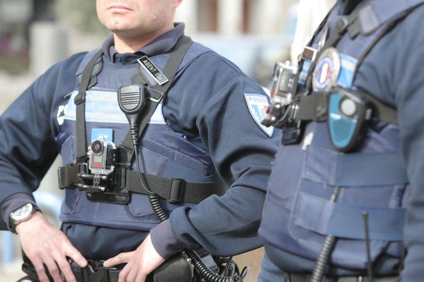 Une caméra sur le torse d'un policier municipal (photo d'illustration) - Maxppp