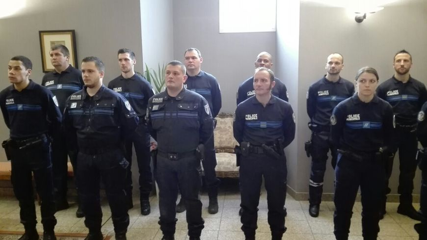 Les policiers municipaux d 39 aubenas et de romans sur is re arm s for Police grenoble