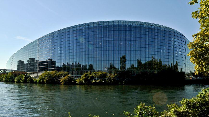 Bataille du si ge la france porte plainte luxembourg contre le parlement europ en for Piscine strasbourg