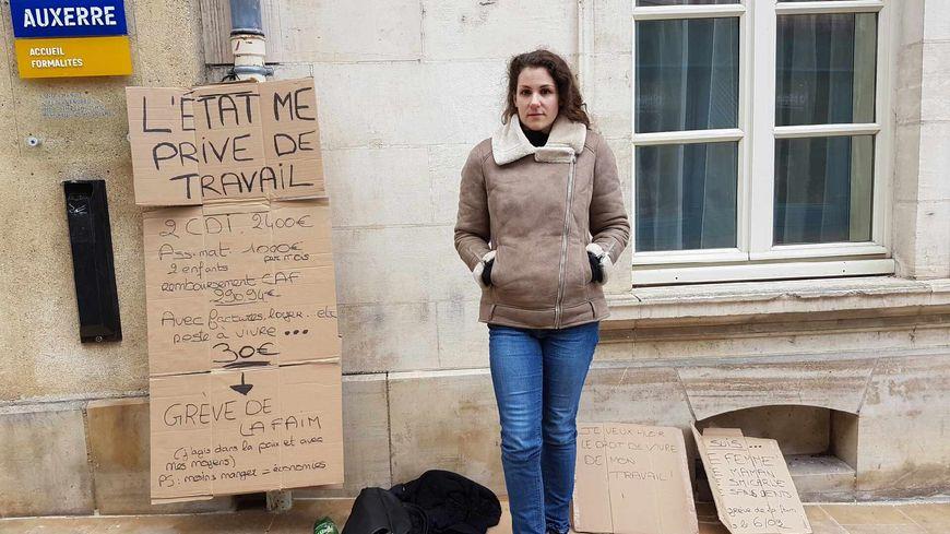 """Sur ses pancartes, Aurélie a détaillé ses revenus et ses dépenses: """"2 CDI = 2400 euros / Assistante maternelle pour deux enfants: 1000 euros / Remboursement CAF: 290,94 euros / Reste à vivre après loyer, factures : 30 euros."""