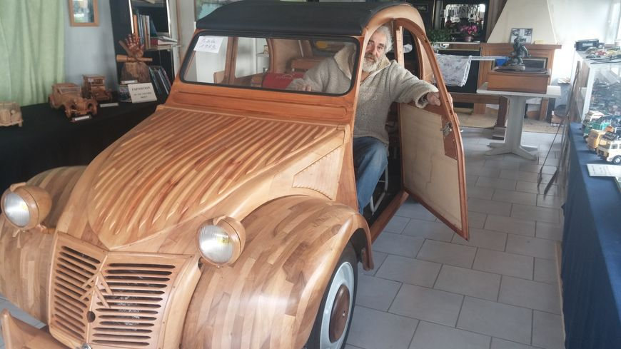 dans le sud touraine il construit une citro n 2cv toute en bois et qui roule. Black Bedroom Furniture Sets. Home Design Ideas
