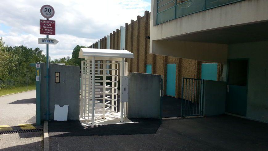 Le tourniquet à l'entrée du lycée Léon Pavin à Chomérac
