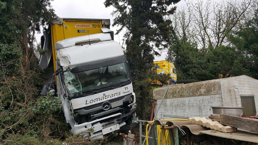 Apr s un accident un camion finit sa course dans le for Accident mortel a salon de provence