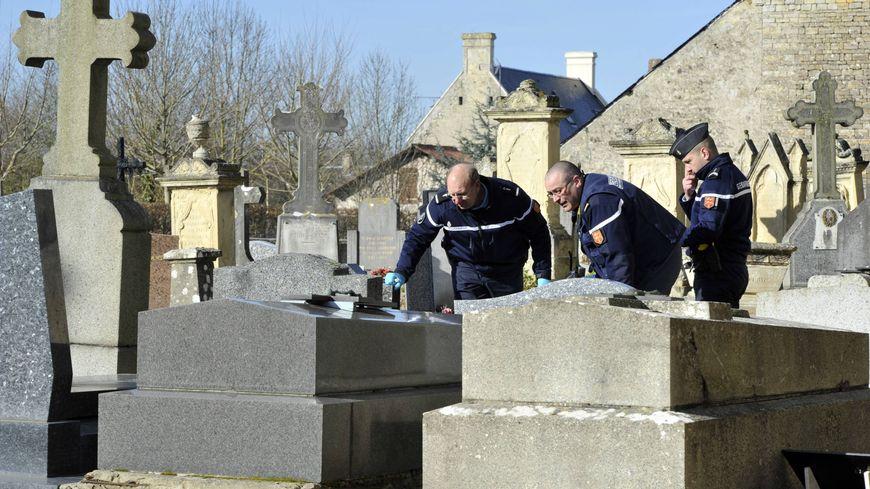 Profanation de cimetière (illustration)