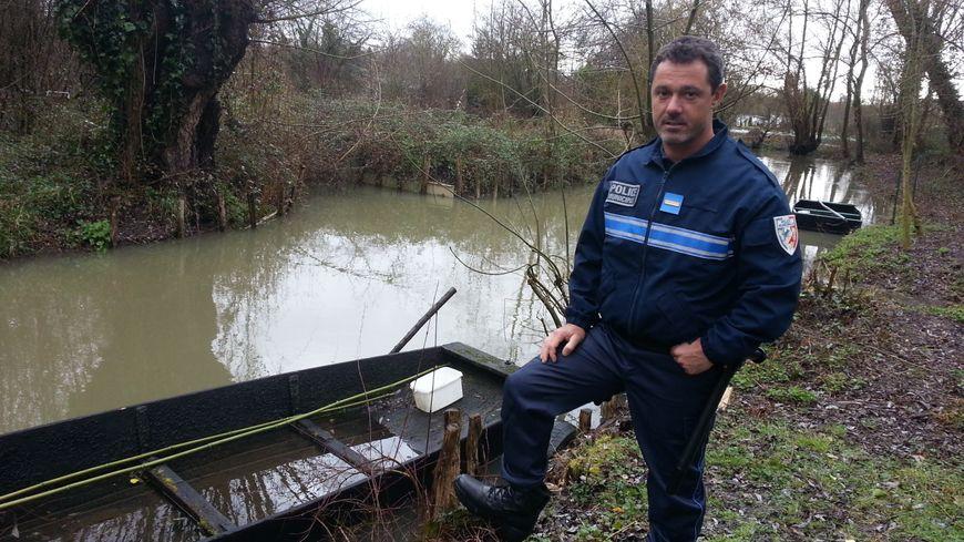 Pascal, le policier municipal affecté aux marais de Bourges, peut se déplacer en barque
