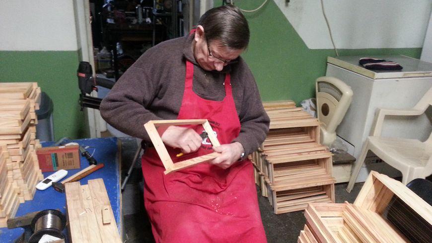 Jacques houpert en pleine fabrication d'un cadre mobile.