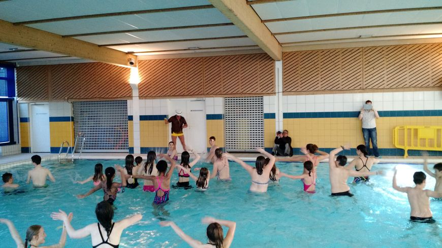 Insolite la piscine d 39 auxerre transform e en piste de danse for Piscine d auxerre