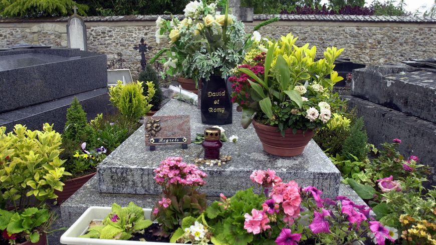 Profanation De La Tombe De Romy Schneider Dans Les Yvelines