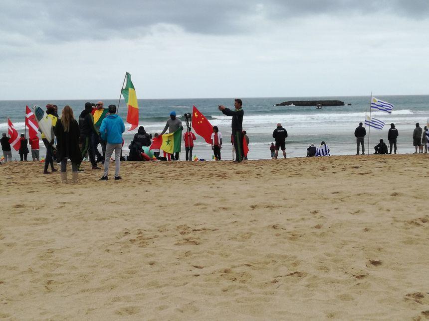 Danemark, Chine, Sénégal, Uruguay... Des drapeaux du monde entier se cotoient sur la Grand Plage de Biarritz pendant ces Championnats du Monde - Radio France