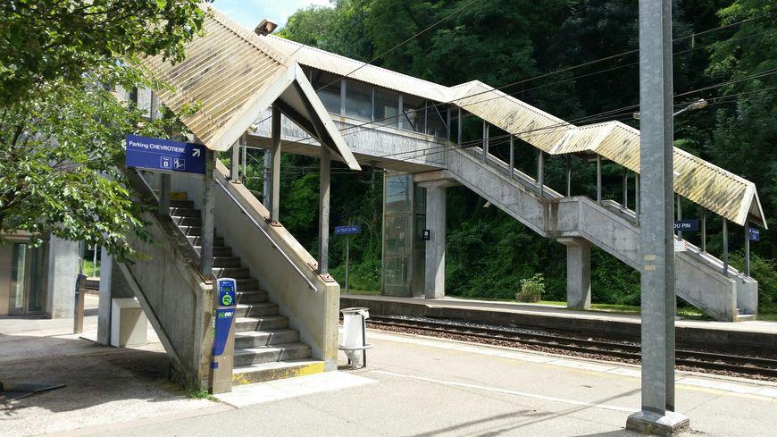 Début de la phase de démontage des vieux ascenseurs de la passerelle, le 21 août.