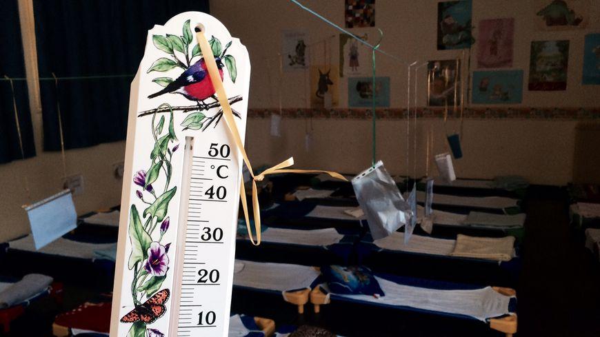 jusqu 39 36 degr s dans le dortoir des enfants d 39 une maternelle n moise. Black Bedroom Furniture Sets. Home Design Ideas