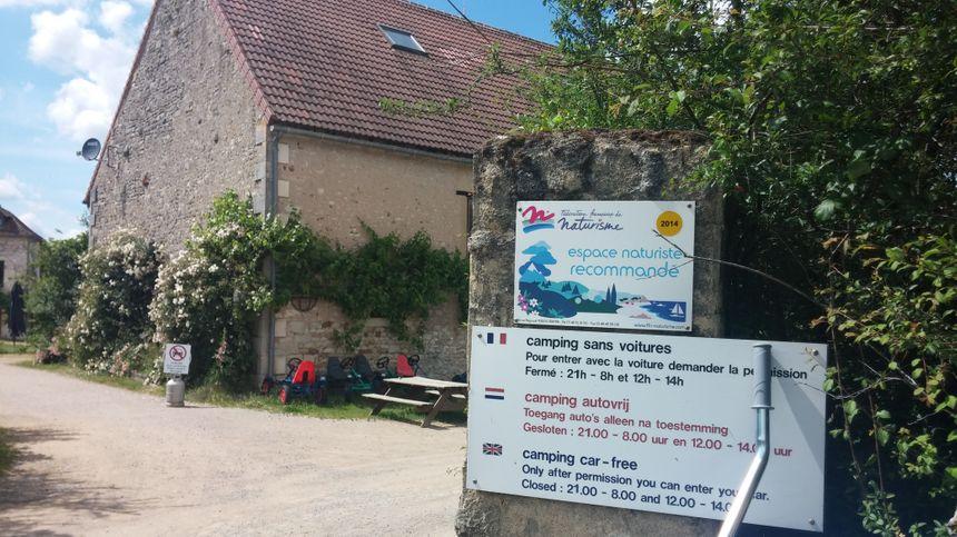 Une fois passé le portail, la nudité est recommandée au camping de la Petite Brenne. - Radio France