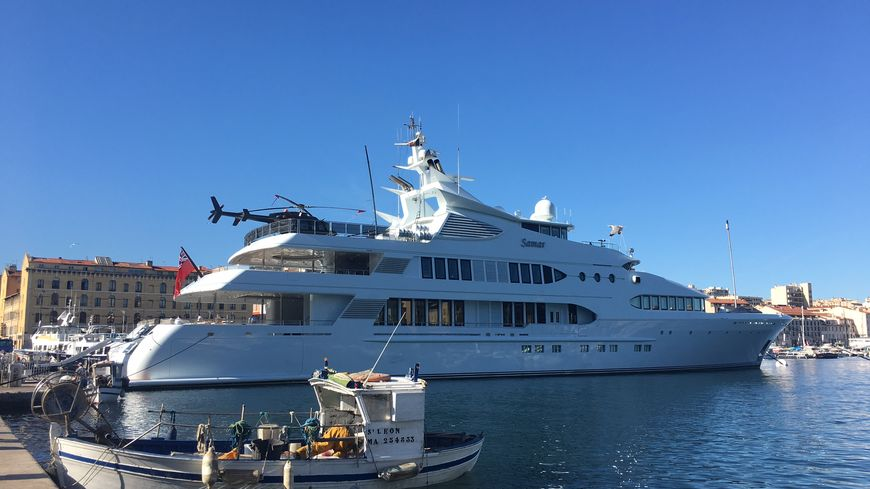 Un yacht de plus de 70 m tres sur le vieux port de marseille - Promenade bateau marseille vieux port ...