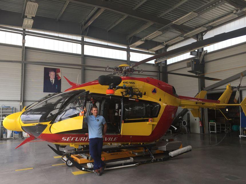 Un gendarme secouriste du PGHM devant l'hélicoptère de la sécurité civile, à la base aérienne de Cannes Mandelieu - Radio France