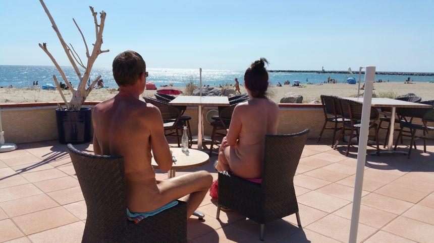 Tels Adam et Eve, ce couple de touristes de l'Essonne vient chaque année à Leucate profiter de l'air marin... sans vêtement ! - Radio France