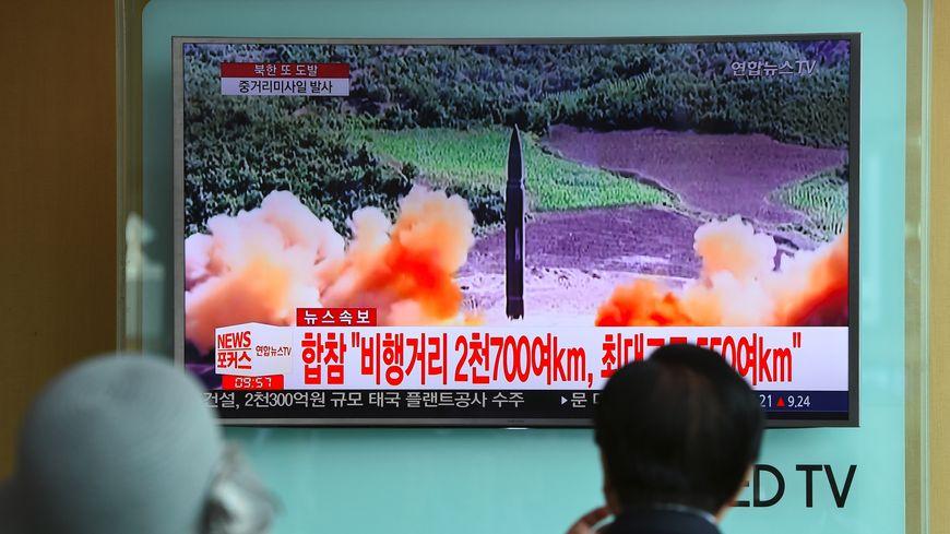 Des habitants de Séoul observant le lancement du missile tiré par la Corée du Nord à la télévision