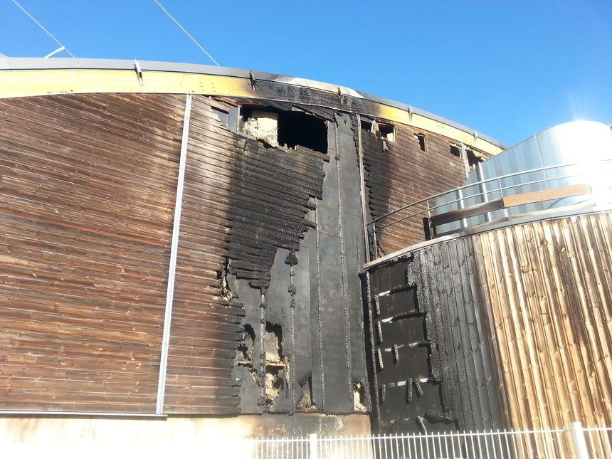 Les flammes se sont propagées de la poubelle au mur arrière de la patinoire de Valence. - Radio France