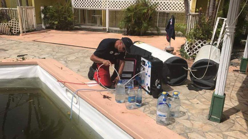 A Saint-Martin, l'équipe des PUI, l'association de Limoges récupère l'eau des piscines pour la rendre potable