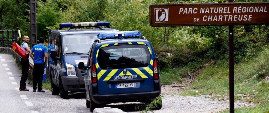 Des gendarmes du Peloton de gendarmerie de haute-montagne (PGHM) se concentrent sur les gorges de Chailles, où coule le Guiers - AFP