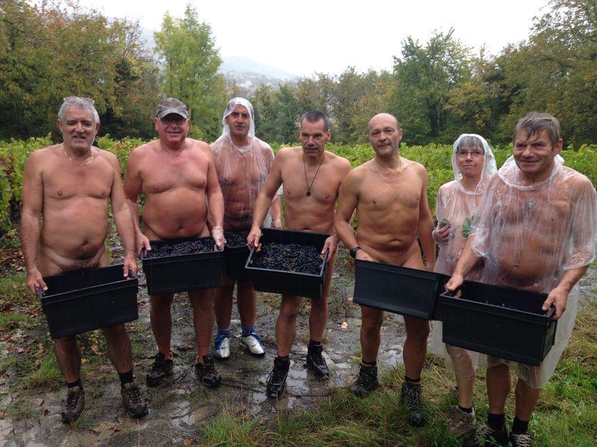 Une partie du groupe naturiste arborant fièrement leur vendange - Radio France