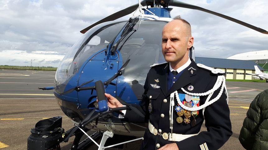 Le lieutenant-colonel de Rosnay présente le drone qui sera prochainement utilisé - Radio France