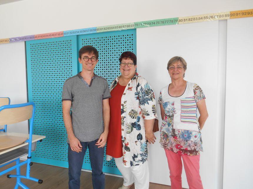 De gauche à droite, Denis de Trogoff, directeur et instituteur; Martine Legeai, maire de Saint-Hilaire-de-Clisson et Francine Beauvineau, adjointe au maire - Radio France