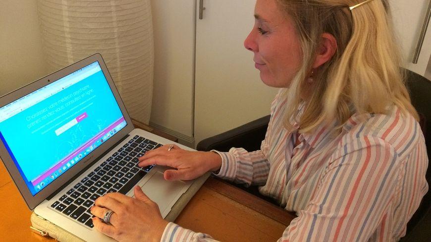 Fanny Jacq, psychiatre et présidente de Doctoconsult, teste la plateforme mise en ligne le 25 septembre.