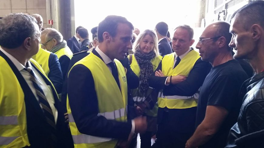 Emmanuel Macron échange avec les salariés de l'usine Whirlpool à Amiens.
