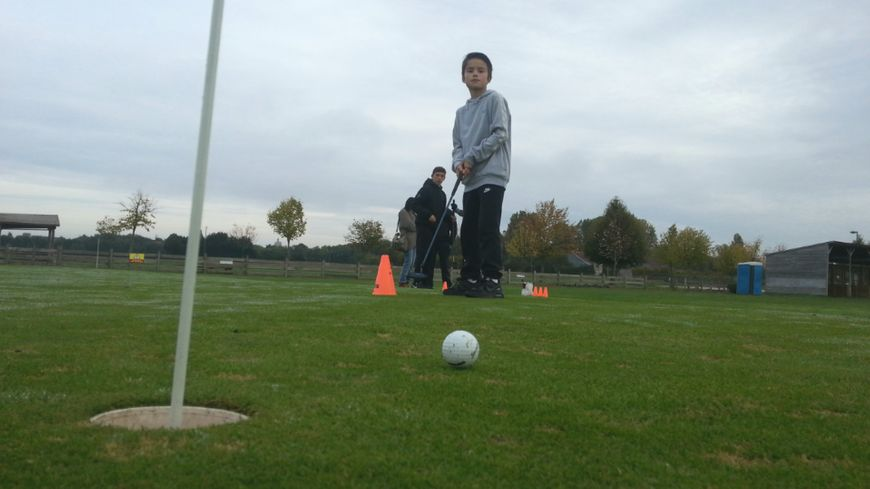 Au practice de golf du Sénonais, les élèves du collège Mallarmé de Sens se sont essayés au putting et au swing